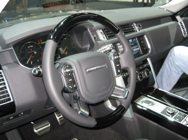 The instrument panel and dash of the 2013 Range Rover Supercharged Autobiography