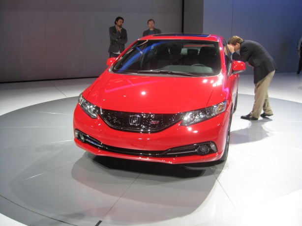 The 2013 Honda Civic Si gets a blacked-out grille for a more sporty look.